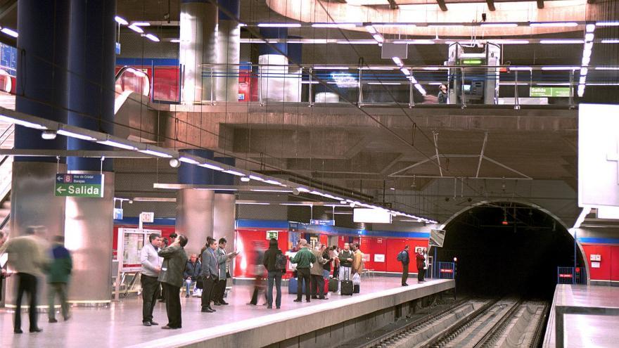 Personas en la Estación Mar de Cristal con el lucernario encima de las vías