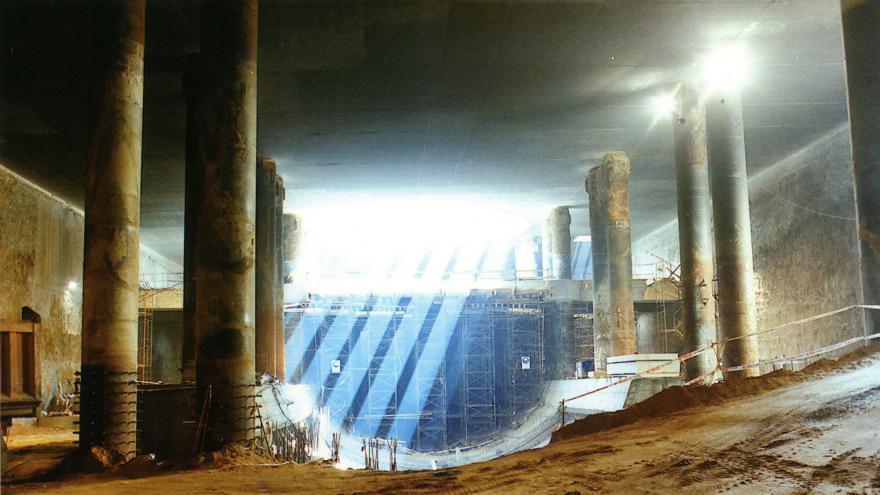 Estación Mar de Cristal en construcción, andamios al fondo