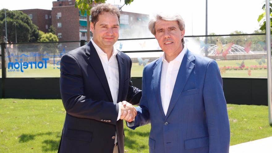 Ángel Garrido saluda al alcalde de Torrejón, Ignacio Vázquez