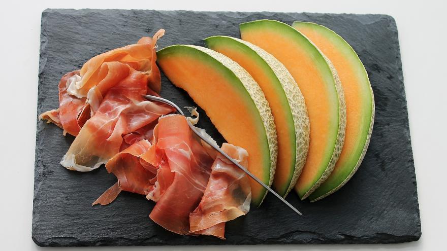 Dos lonchas de jamón serrano y melón