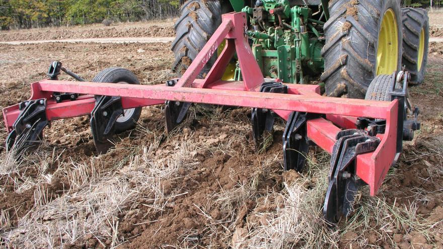 maquinaria arando un terreno