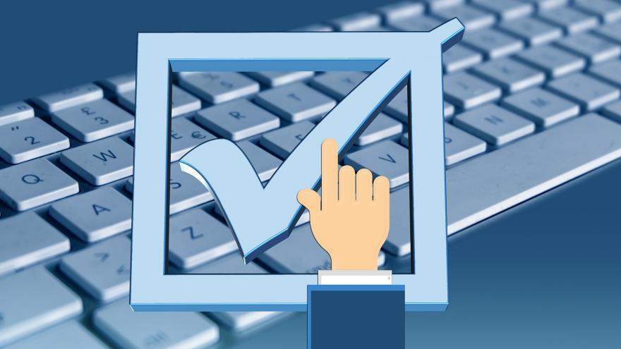 teclado ordenador con mano