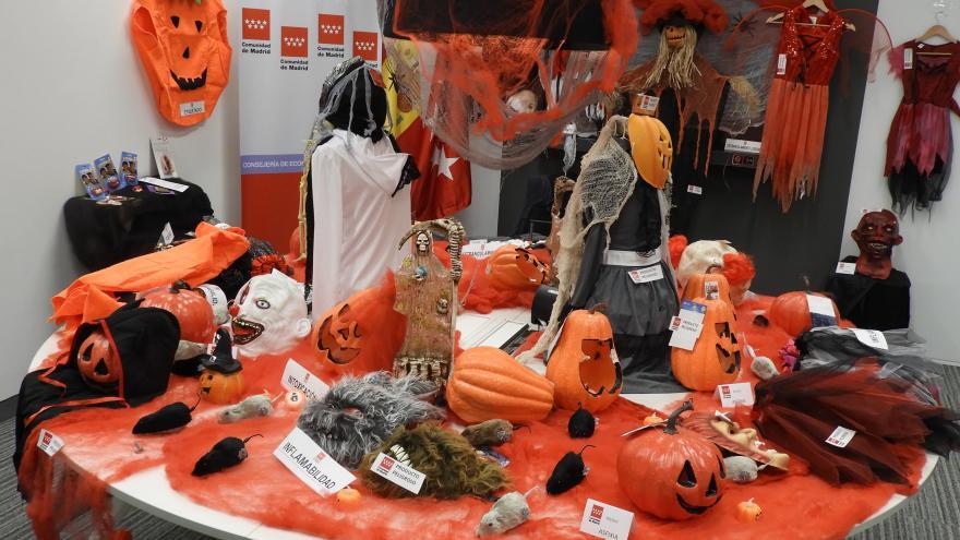 Sobre una mesa se ven diversos artículos tradicionales en Halloween retirados por peligrosos