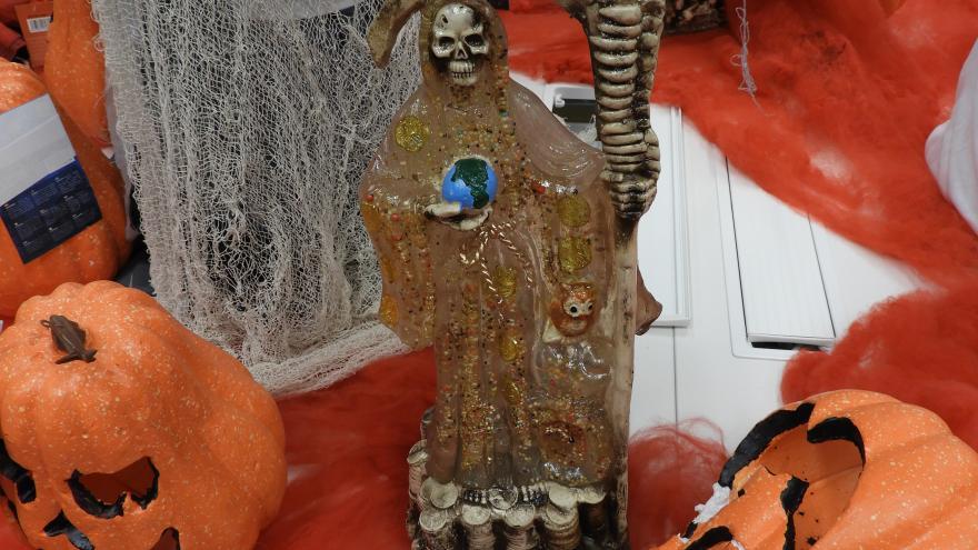Sobre una mesa se ve una pieza característica de Halloween retirada por peligrosa