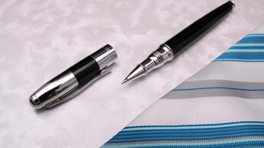 Bolígrafo firmando