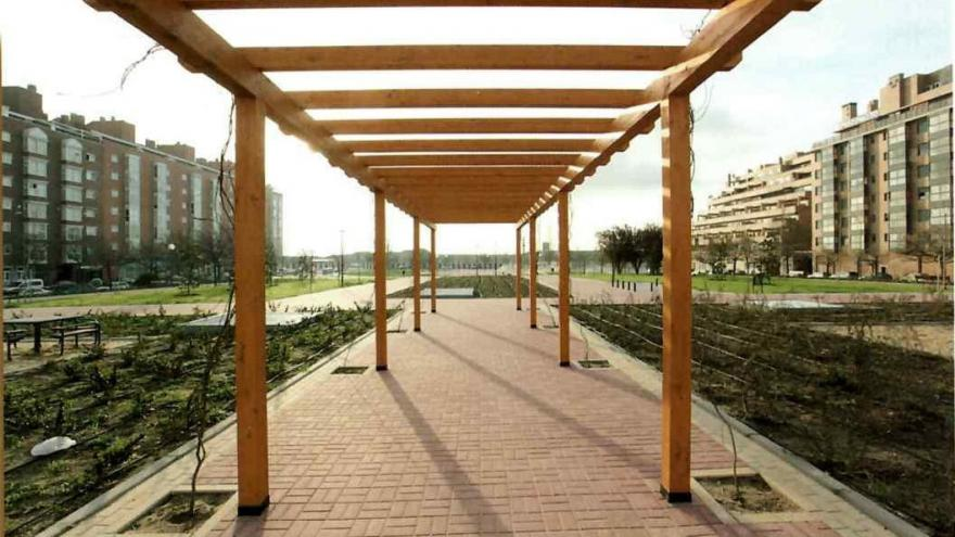Pérgola de madera en los jardines de Las Rosas