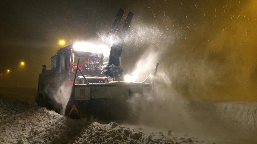 Turbofresa trabajando retirando nieve durante la noche