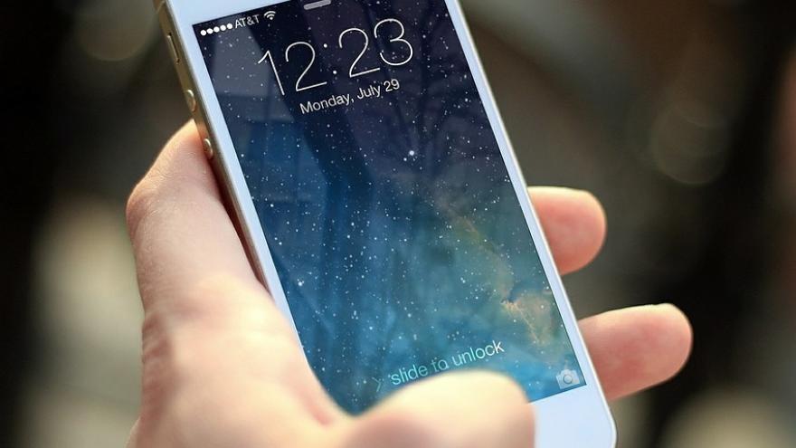 Imagen de una mano sujetando un teléfono móvil