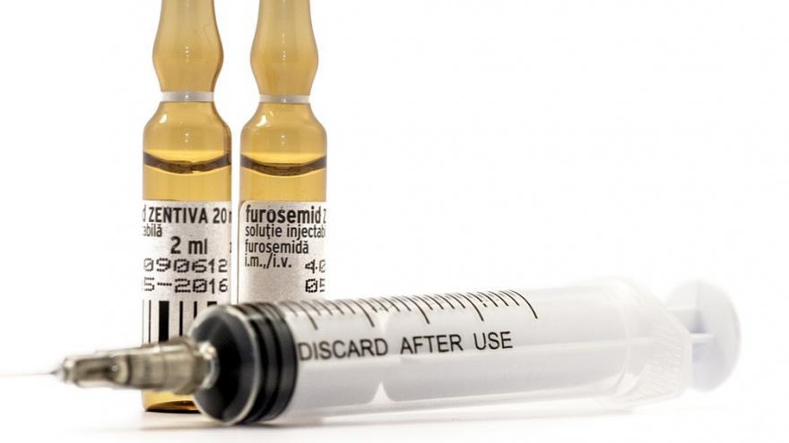 Ampollas y jeringa con medicamentos