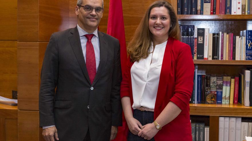 Rafael van Grieken junto a la premiada, María García-Saúco