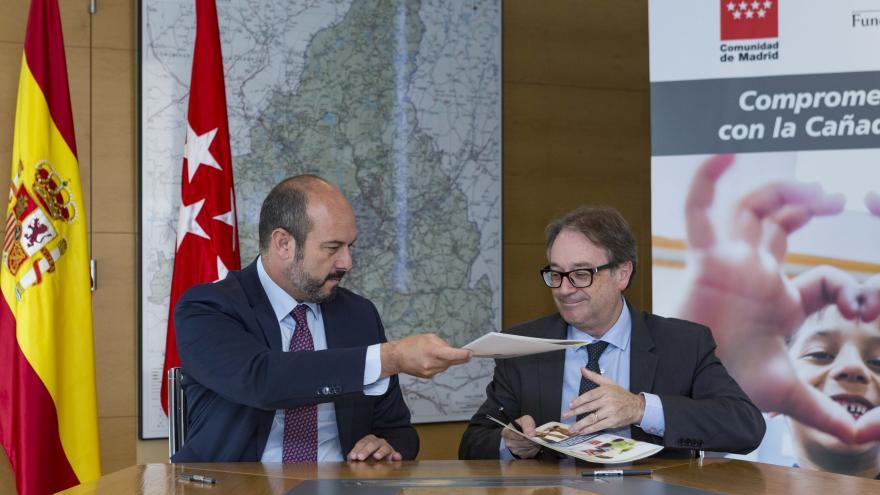 Pedro Rollán y Marc Simón durante la firma