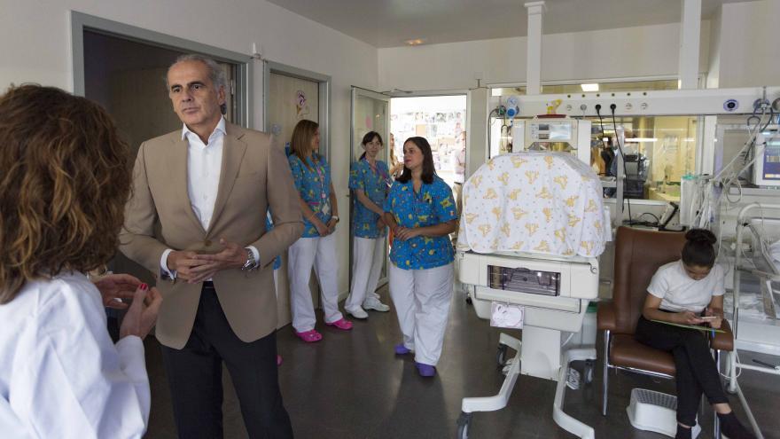 El consejero Enrique Ruiz Escudero, ha visitado la nueva sala de descanso para padres de neonatos