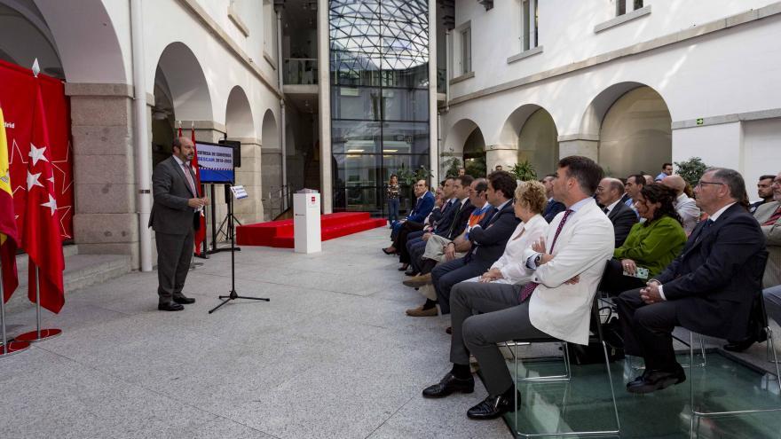 El vicepresidente de la Comunidad de Madrid, consejero de Presidencia y portavoz del Gobierno, Pedro Rollán, ha entregado hoy los convenios que confirman el mantenimiento y financiación del proyecto BESCAM durante los años 2018, 2019 y 2020 en 40 municipi