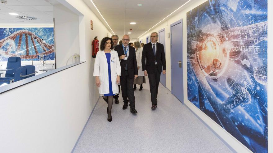 El consejero de Sanidad, Enrique Ruiz Escudero,visitando el nuevo centro