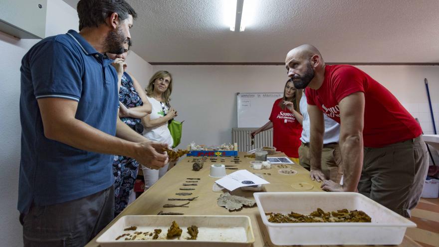 El consejero de Cultura, Turismo y Deportes, Jaime de los Santos, ha visitado hoy el campo de voluntariado 'Camino de Papel'