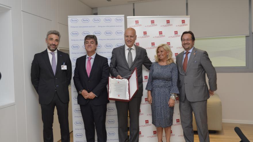 El viceconsejero de Economía y Competitividad, Javier Ruiz, entrega el distintivo de la Madrid Excelente a la empresa farmacéutica Roche