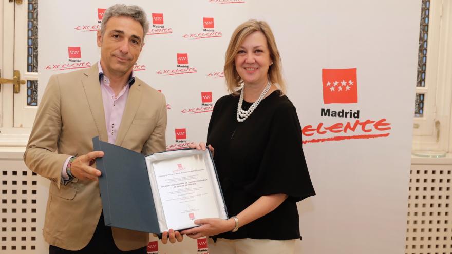 El viceconsejero de Economía y Competitividad, Javier Ruiz, haciendo entrega de la placa acreditativa de este certificado a la presidenta del Colegio Profesional de Administradores de Fincas de Madrid, Isabel Bajo.