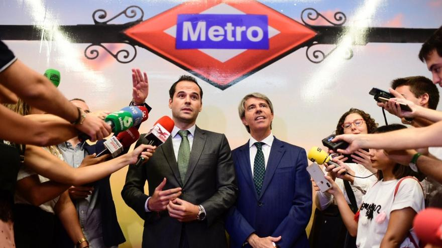 Imagen de Ignacio Aguado y Ángel Garrido atendiendo a los medios de comunicación