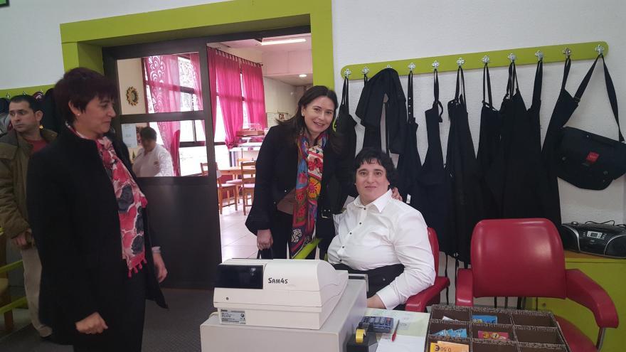 Belén Prado, viceconsejera de Política Social y Familia, durante su visita el Centro Ocupacional Nazaret