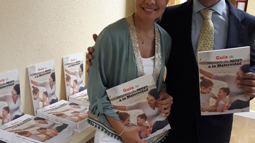 La viceconsejera de Políticas Sociales y Familia, Miriam Rabaneda, ha presentado hoy este manual para madres y padres madrileños