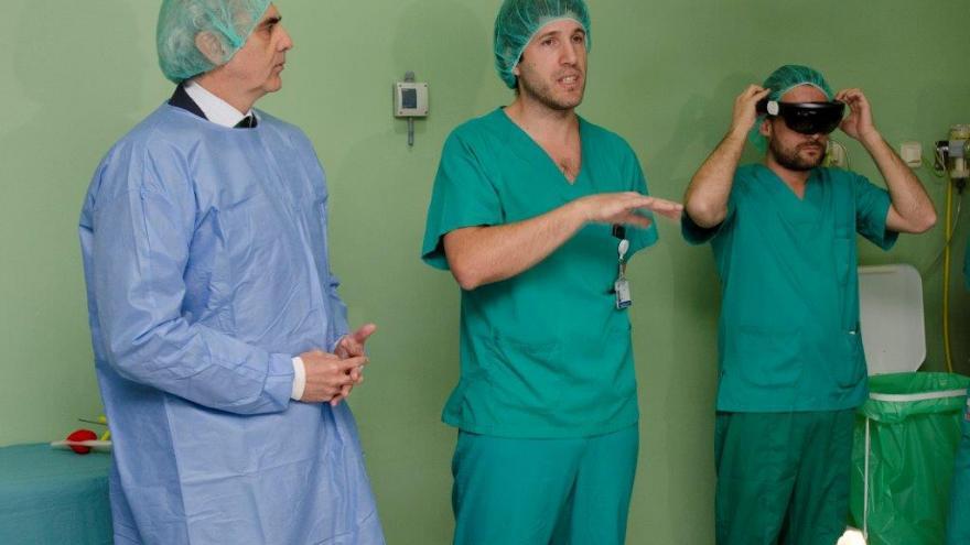 Ruiz Escudero durante la visita al hospital