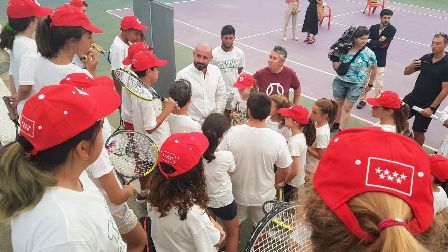 El consejero en funciones de Cultura, Turismo y Deportes, Jaime de los Santos, durante la visita a los participantes en esta actividad