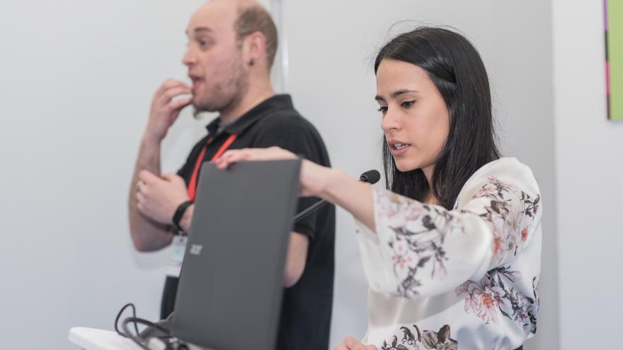 intérprete de signos traduciendo una conferencia