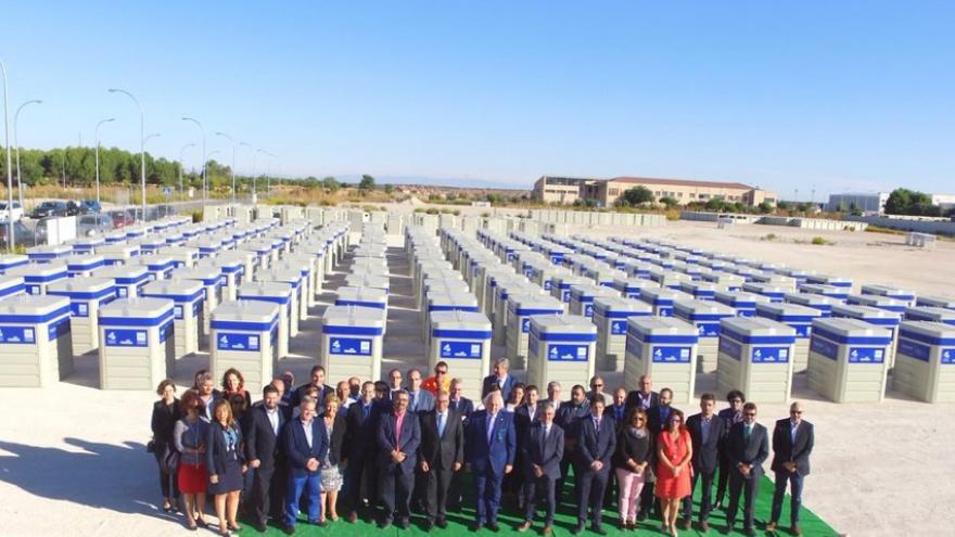 La Comunidad de Madrid y Ecoembes han entregado hoy en Campo Real 400 contenedores azules para la recogida selectiva, separado y reciclado de papel y cartón a un total de 71 municipios de hasta 50.000 habitantes de la región.