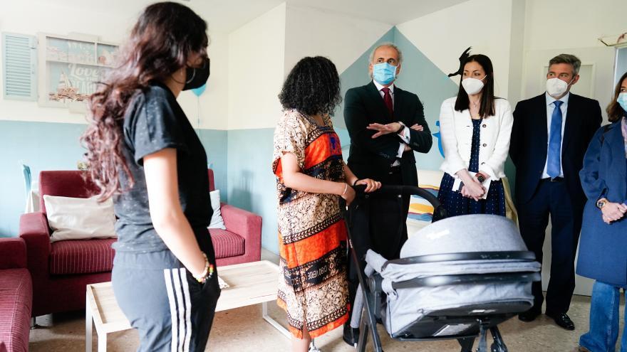 Enrique Ruiz Escudero ha visitado el Centro Maternal Residencia Norte