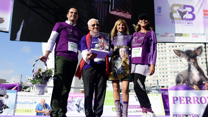 Ignacio Aguado, el padre Ángel, Alejandra Botto y Paloma Martín posan en el escenario tras la carrera 'Perrotón Madrid 2019'