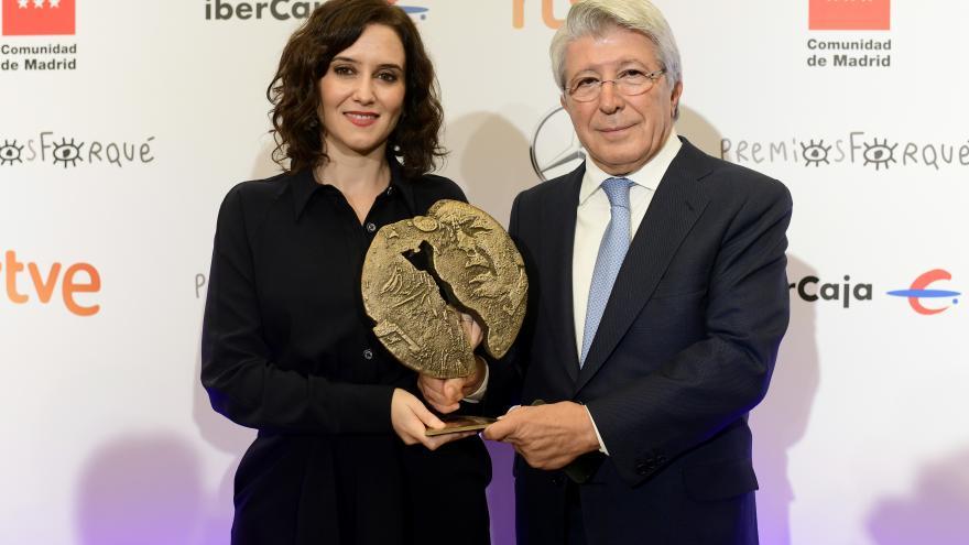Isabel Díaz Ayuso junto a Enrique Cerezo en la ceremonia de presentación de los XXV Premios José María Forqué