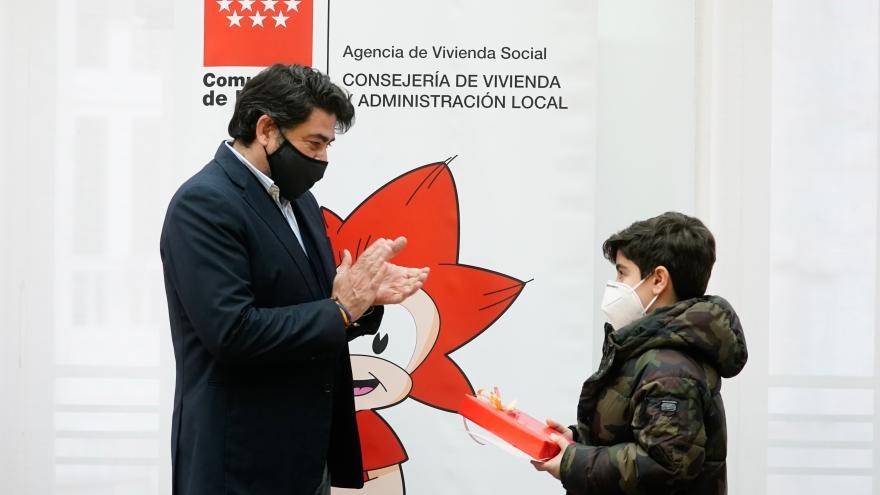 David Pérez entrega los diplomas de los Premios Una imagen y algunas palabras