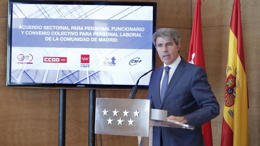 El presidente madrileño, Ángel Garrido, ha firmado hoy con los agentes sociales el primer acuerdo para empleados públicos de los últimos 14 años
