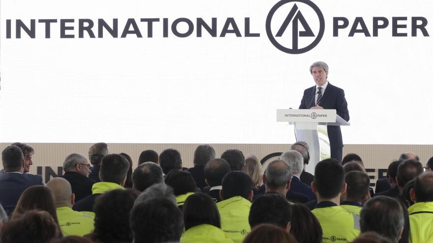 Ángel Garrido en la reapertura de la empresa International Paper