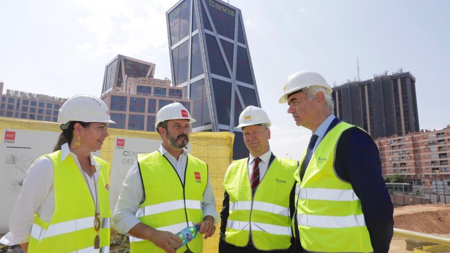 Pedro Rollán supervisando la marcha de las obras de construcción de la nueva sede de Metro de Madrid