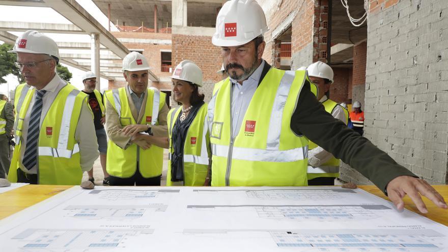 Pedro Rollán supervisando la obra