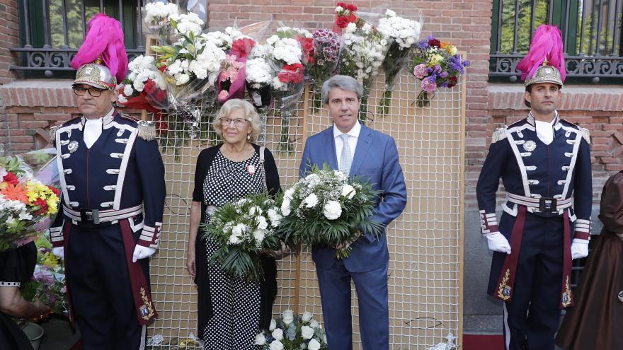 El presidente regional ha depositado un ramo de flores ante el cuadro de la Virgen de la Paloma durante la tradicional ofrenda floral
