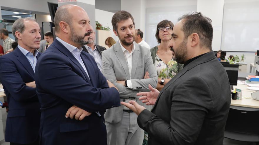 El presidente en funciones de la Comunidad de Madrid, Pedro Rollán, durante su visita a la Oficina Pública de Empleo del distrito de Usera