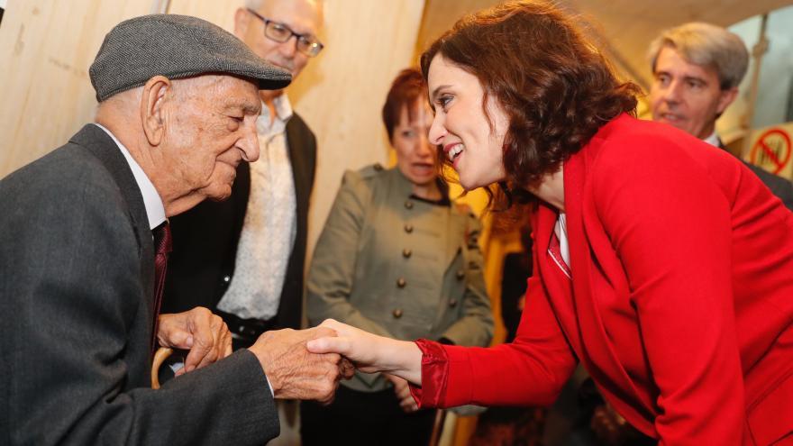 Isabel Díaz Ayuso saludando a un ciudadano madrileño