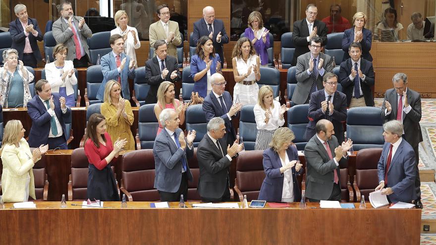 Ángel Garrido es recibido por el Grupo Parlamentario Popular al terminar su intervención en la segunda sesión del Debate del Estado de la Región 2018