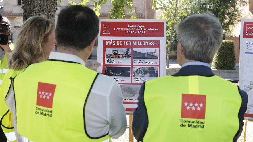 Ángel Garrido de espaldas durante la visita a las obras