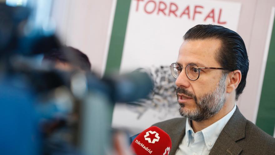 Fernández-Lasquetty haciendo declaraciones a los medios