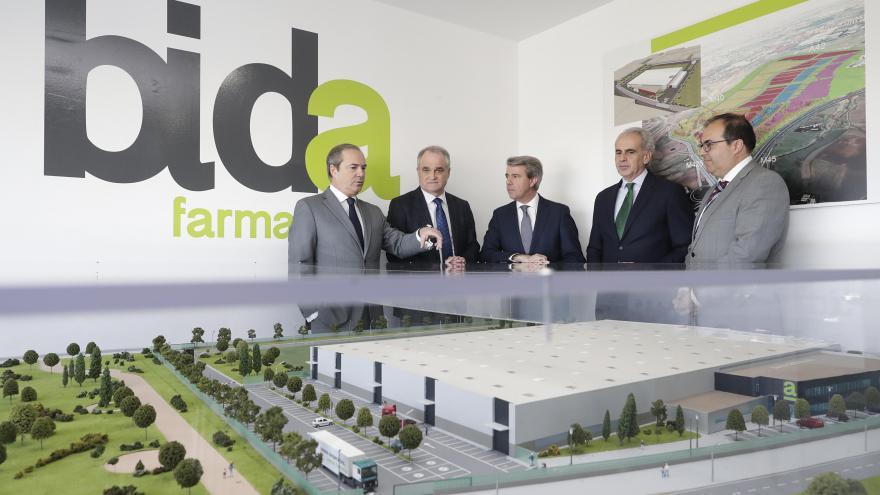 Ángel Garrido y Enrique Ruiz Escudero en la sede institucional de la cooperativa de distribución de medicamentos Bidafarma