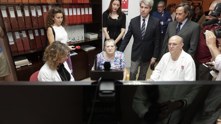 El presidente Ángel Garrido ha presenciado hoy el funcionamiento de este servicio en la residencia Gastón Baquero, de Alcobendas