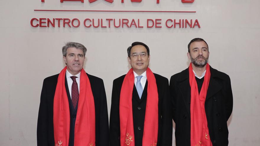 Ángel Garrido, presidente de la Comunidad de Madrid; Sr. LYU Fan, embajador de la República Popular China en España; Ignacio Murgui Parra, segundo teniente de alcalde, delegado del Área de Gobierno de Coordinación Territorial y Cooperación Público Social