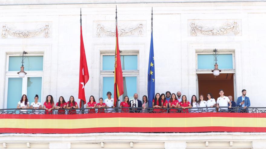 El presidente en funciones de la Comunidad de Madrid, Pedro Rollán, ha recibido hoy en la Real Casa de Correos a las jugadoras y el equipo técnico del Club Deportivo Tacón tras su reciente ascenso a la Liga Iberdrola