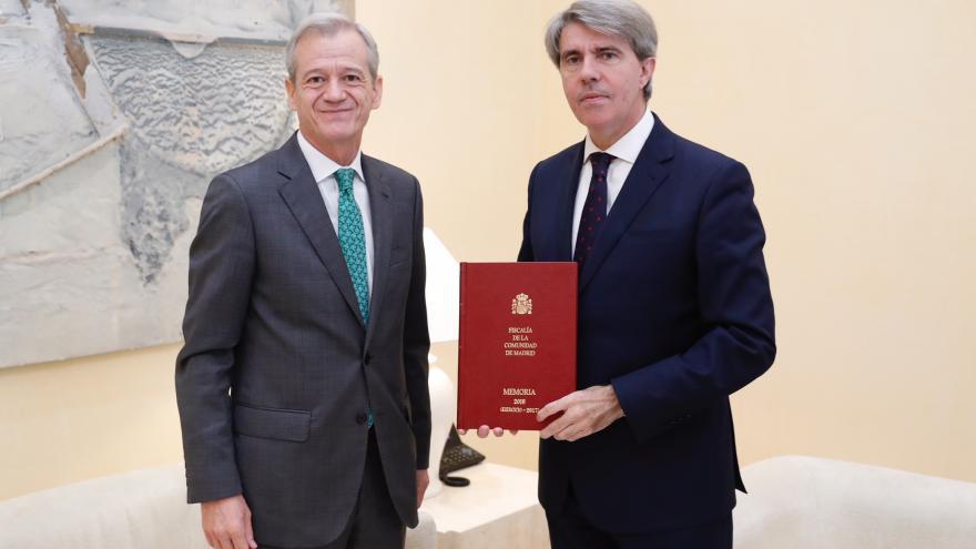 Garrido recibe la Memoria de la Fiscalía de la Comunidad de Madrid correspondiente a 2017