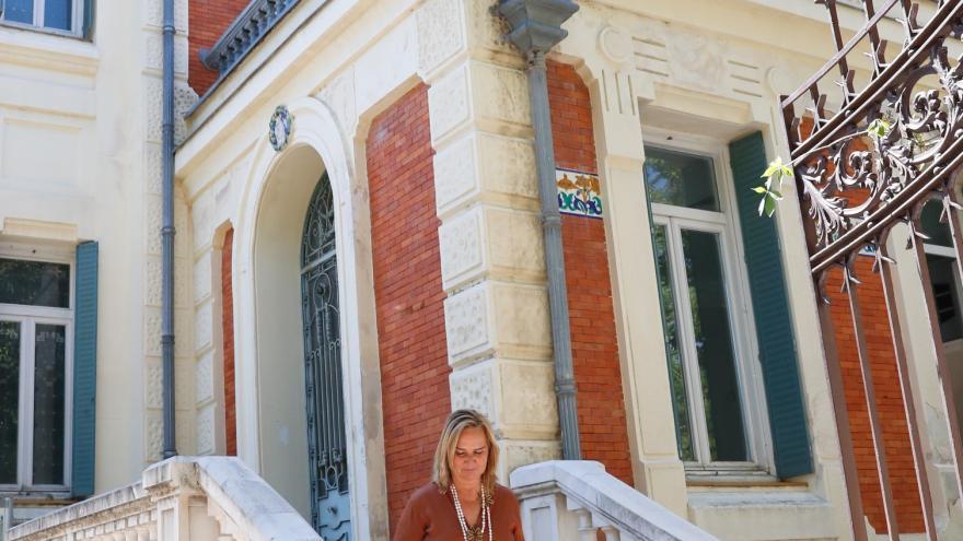 Rosalia Gonzalo, consejera de Trasnportes bajando por una escalera exterior de Villa Las Torres de San Lorenzo de El Escorial