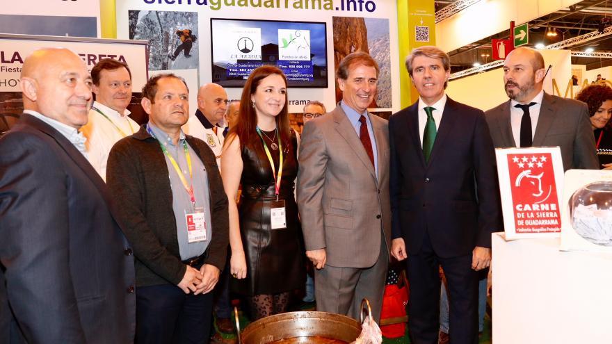 Ángel Garrido, presidente regional, junto a representantes de los municipios de la Sierra Norte de Madrid