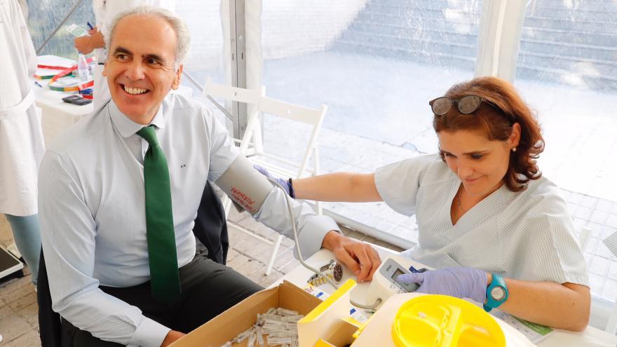 El consejero de Sanidad visita el dispositivo especial, que ofrece información sobre prevención y hábitos saludables